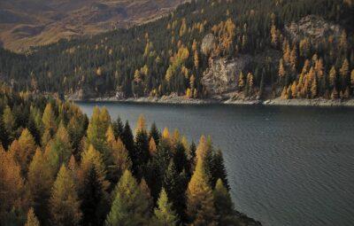 A lake in peaceful mountain setting